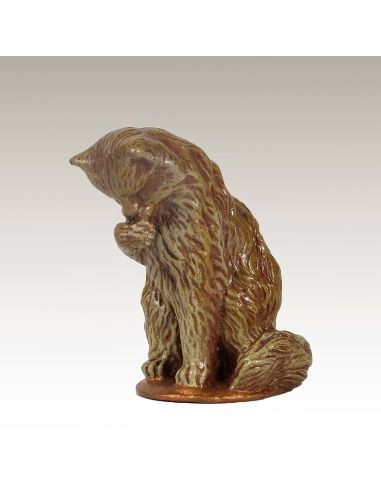 Sculpture en bronze: Chat assis peint faisant sa toilette