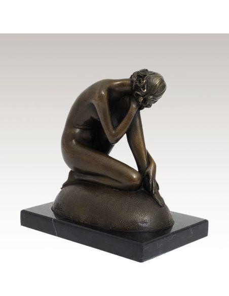 Sculpture en bronze: Femme nue posant sur une roche -Patine brune