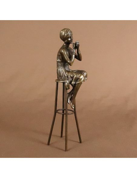 "Sculpture en bronze: Femme Art déco ""Un peu de rouge"" -Patine brune"