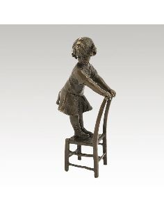 Sculpture en bronze: Fillette debout sur une chaise -Patine brune