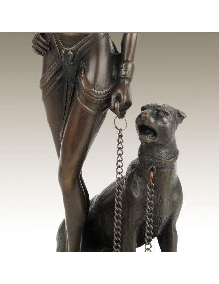 Sculpture en bronze: Femme égyptienne avec chien -Patine brune